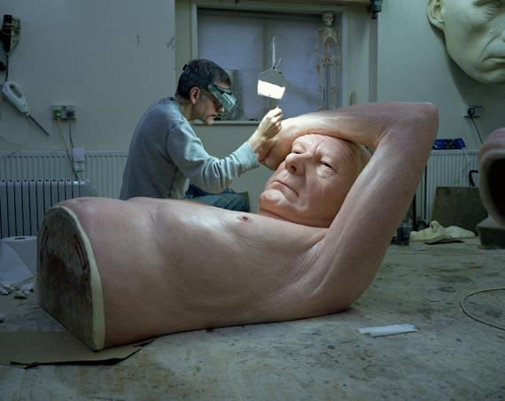 Ron Mueck dans son atelier, en janvier 2013. (RON MUECK / PHOTO GAUTIER DEBLONDE)