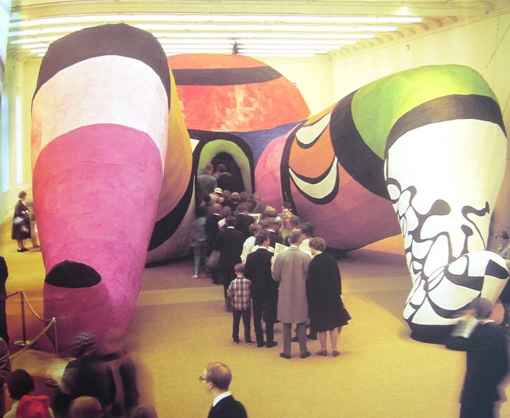 La Hon, femme géante de Niki de Saint Phalle installée au Moderna Museet en 1966