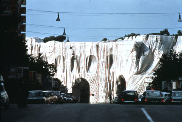 The Wal Wrapped Roman Wall , Christo et Jeanne-Claude