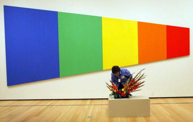 Minimalism, Un arrangement floral disposé devant «Blue Green Yellow Orange Red», 1968, Ellsworth Kelly