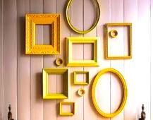 mur-de-cadres-jaunes