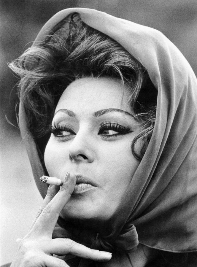 """Sophia Loren en pause lors du tournage de """"Arabesque"""" (1966)"""