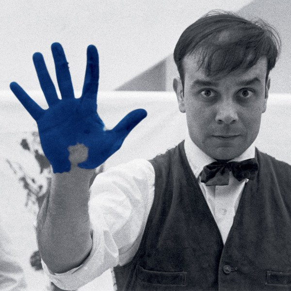 "Yves Klein durant le tournage du film ""The Heartbeat of France"" dans l'atelier du photographe Charles Wilp, Düsseldorf, février 1961 © Photo Charles Wilp / BPK, Berlin"