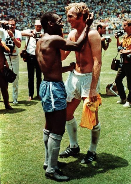 Histoire du sport : Moore et Pelé en 1970, les deux sportifs se retrouve en souriant.
