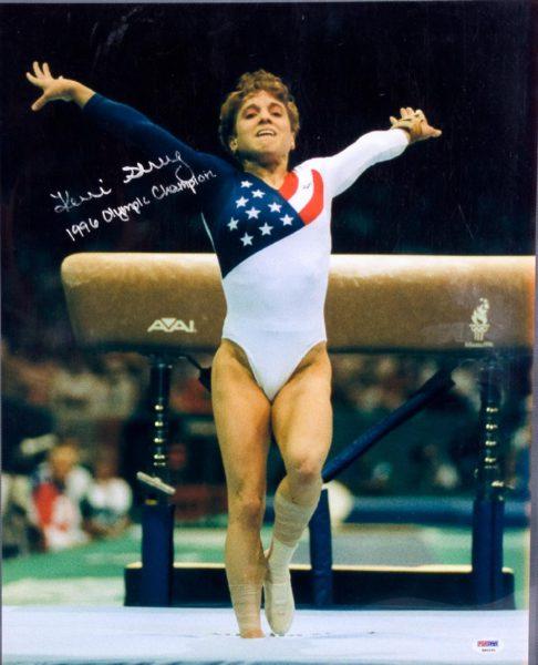 Suite à une blessure, Kerri Strug atterrit sur une seule jambe après sa performance pendant une épreuve des JO en 1996. Sur cette image, la gymnaste se réceptionne fièrement sur son pied.
