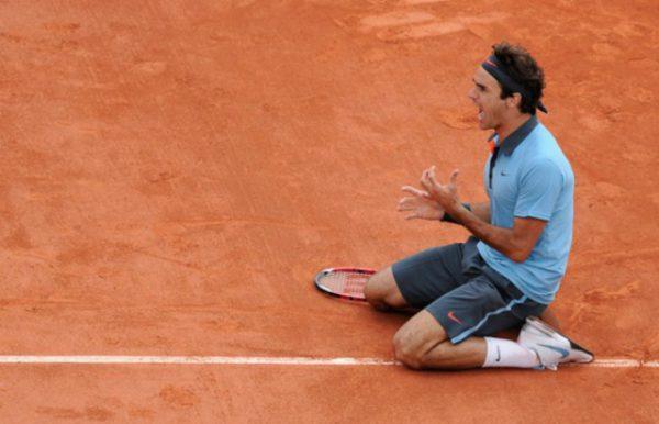 Federer au sol, criant sa victoire.