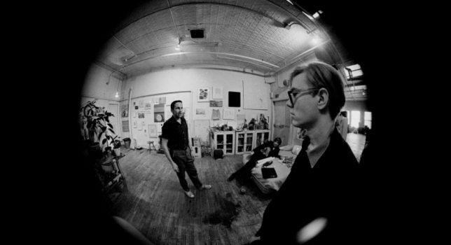 Andy Warhol et Robert Rauschenberg dans le studio de Rauschenberg, New York, hiver 1964-65. © Photo David Mc Cabe