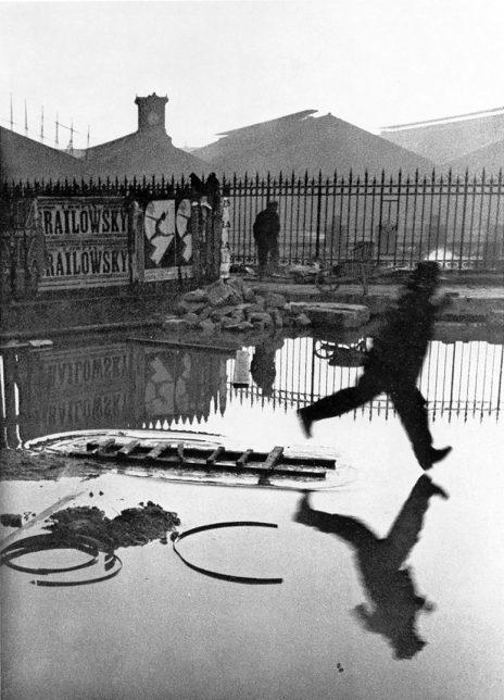 Henri Cartier-Bresson saint lazare homme flaque
