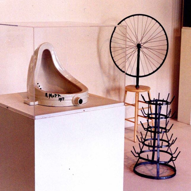 Photographie de trois ready-made de Marcel Duchamp