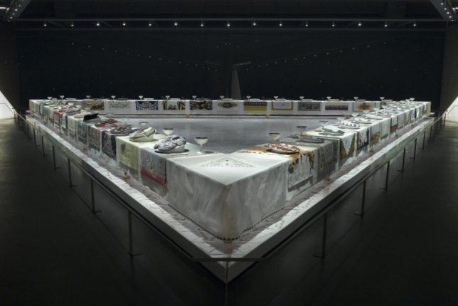 Photographie de l'oeuvre 'The Dinner Party' de Judy Chicago, exposé au Brooklyn Museum à New York