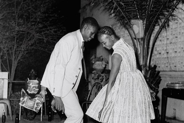 Photographie de l'oeuvre 'Nuit de Noël' de Malick Sidibé, exposé au Guggenheim à New York