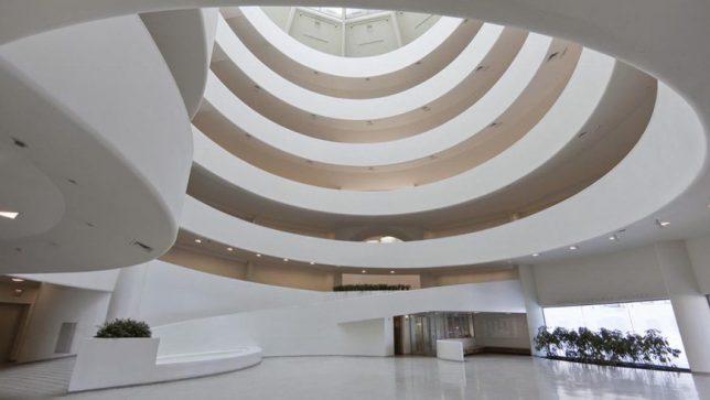 Photographie de l'intérieur du musée Guggenheim d'art contemporain à New York