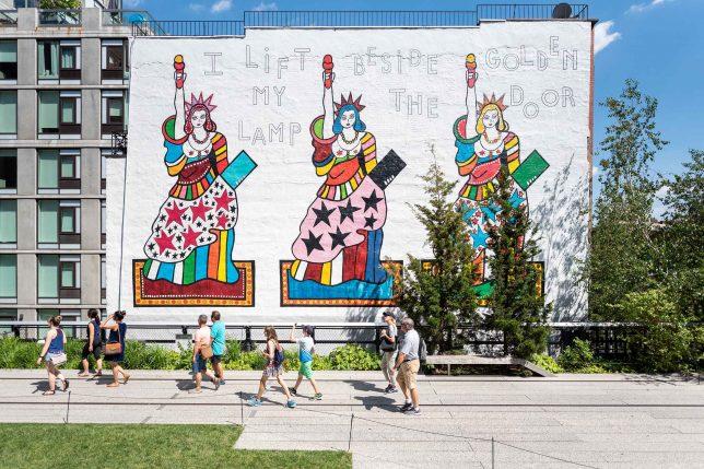 Photographie de la fresque I Lift My Lamp Beside the Golden Door de Dorothy Iannone, visible sur la High Line à New York