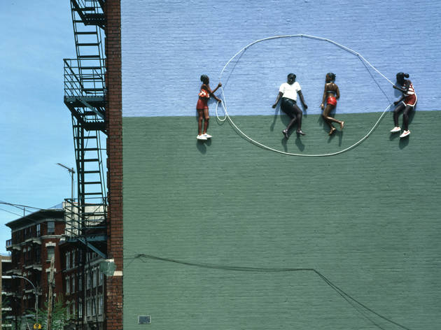 Photographie de la fresque murale de John Ahearn and Rigoberto Torres 'Homage to the People of the Bronx: Double Dutch at Kelly Street I', Bronx, New York