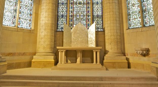 Photographie de l'oeuvre de Keith Haring 'The Life of Christ', exposée dans la cathédrale Saint Jean le Divin à New York