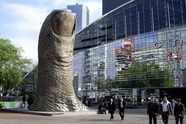 César, Le Pouce, sculpture exposée à La Défense