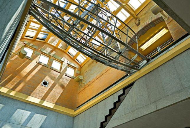 Photographie de Line (Sea House) une des trois pièces de l'installation Hooks, Line and Sinker de George Trakas, métro, Brooklyn, New York