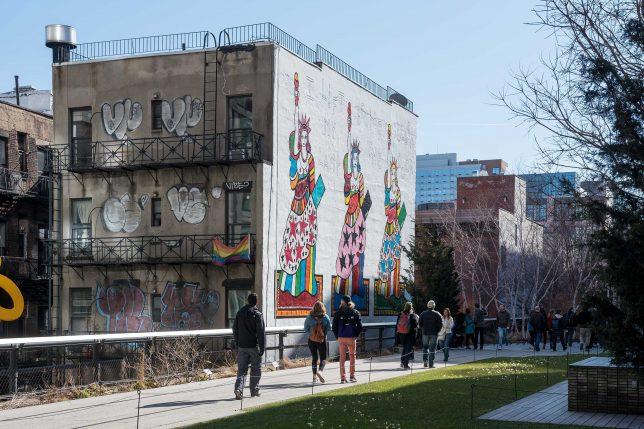 Photographie de la fresque murale de Dorothy Iannone 'I Lift My Lamp Beside the Golden Door', High Line, New York