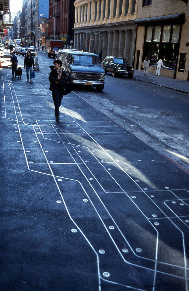 Photographie de Greene Street à Soho où est installée Subway Map Floating on a New York Sidewalk de Françoise Schein