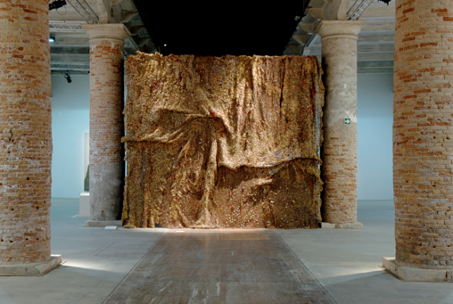 El Anatsui, Dusasa II, installation à la Biennale de Venise en 2007