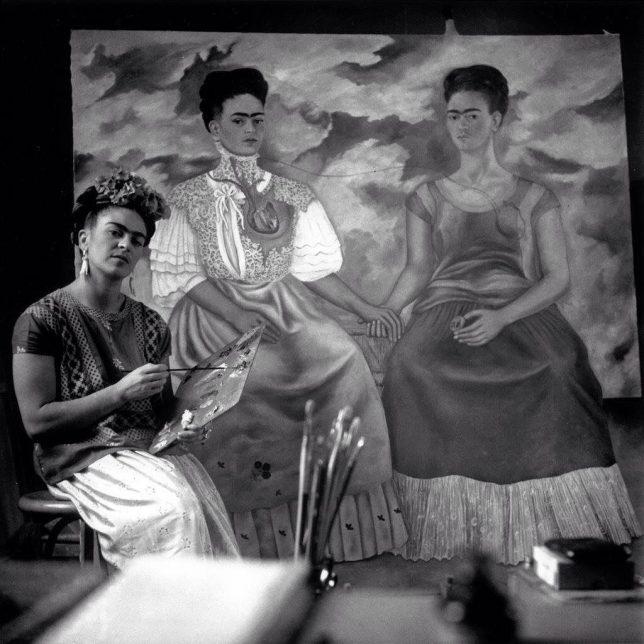 Photographie de Tina Modotti représentant Frida Kahlo en train de peindre Les deux Fridas, 1939