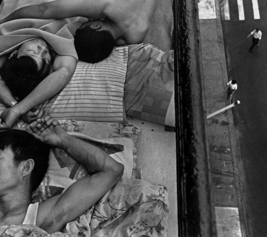 Photograph taken by the artist Chien-Chi Chang in New York City, USA in 1998. This work shows us immigrants sleeping on the fire escape of a building to escape the heat wave.