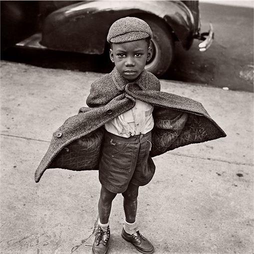 Photographie en noir et blanc, de Jerome Liebling, intitulée « Butterfly boy», prise à New York en 1949. On y voit un petit garçon afro-américain, drôlement endimanché : lacets de soulier défaits, pantalon en lambeaux et manteau en tweed usé par le temps. Les mains rentrées dans ses poches, l'enfant ouvre grand son manteau comme pour prendre son envol.