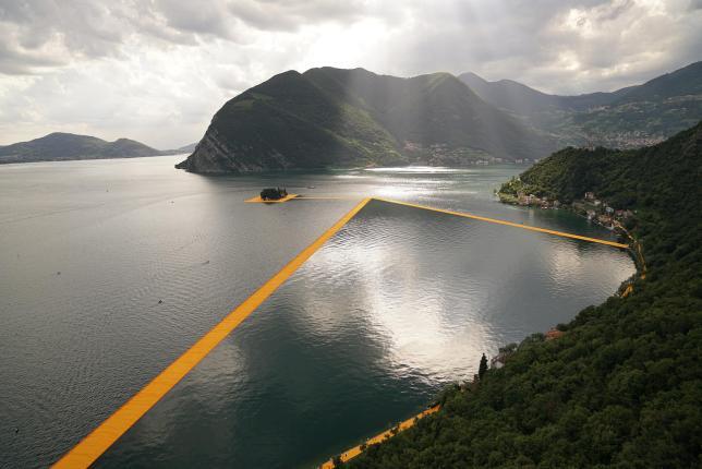 Installation de pontons flottants sur le lac d'Iseo, Italie