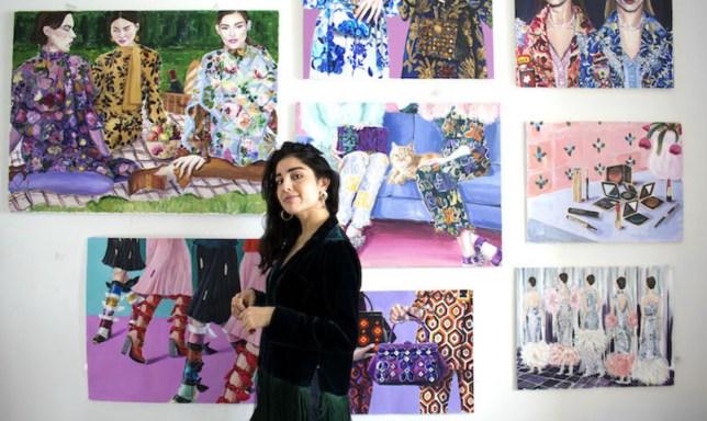 Laura Gulshani photographiée aux côtés de certaines de ses œuvres