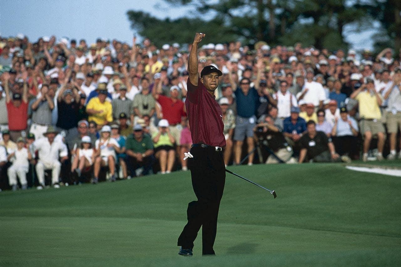 Tiger Woods victorieux, le bras levé vers le ciel, le point serré.