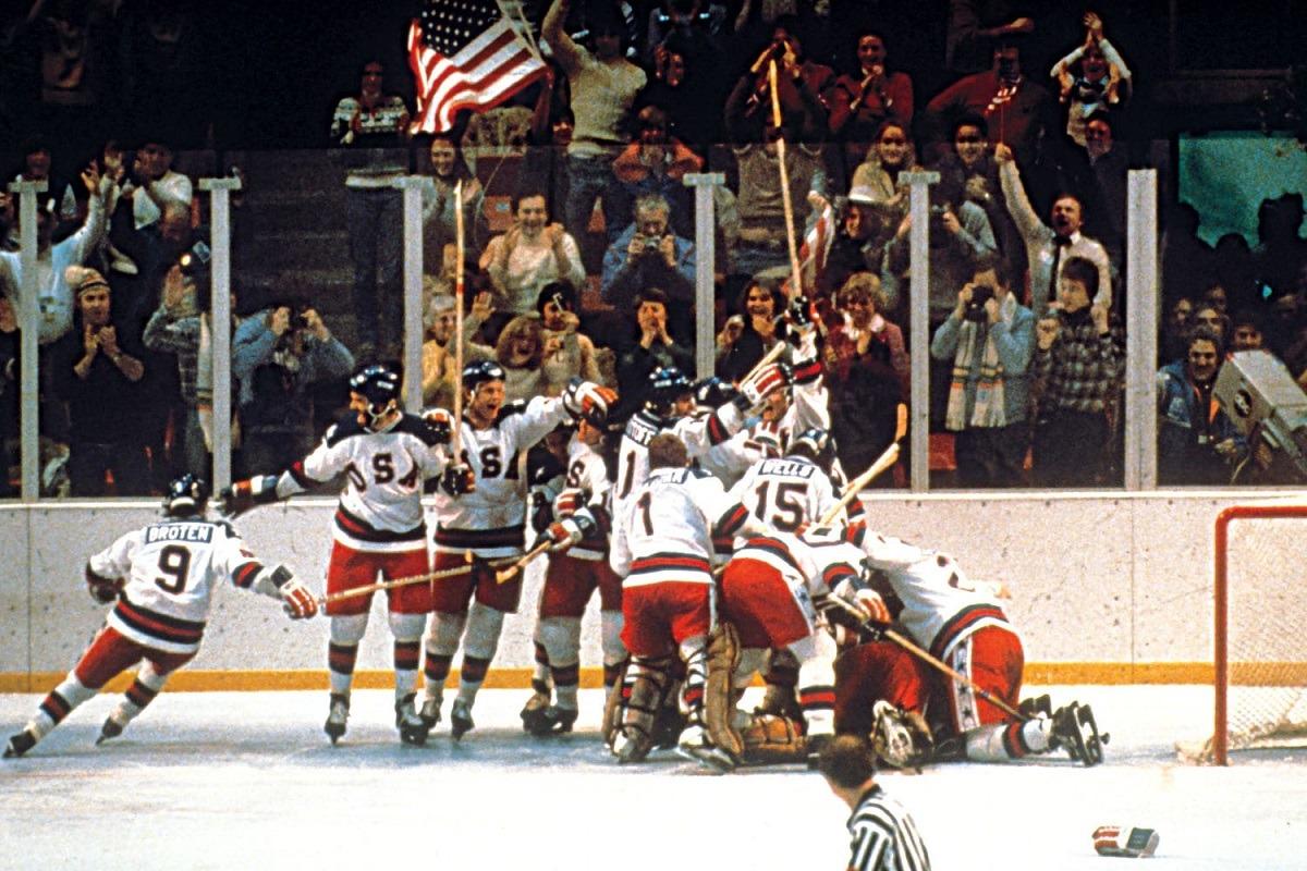 Moment important dans l' histoire du sport : l'équipe de hockey des Etats-Unis célèbrent leur victoire sur la glace, contre l'URSS en 1980.