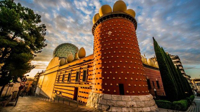 L'extérieur surréaliste du Théâtre-Musée Dalí en Espagne.