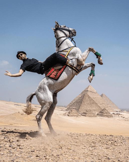 L'artiste JR devant la pyramide de Giza