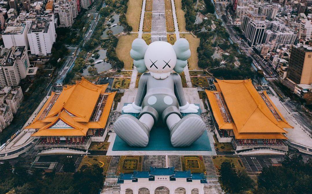 Sculpture gonflable de Kaws à Taïwan